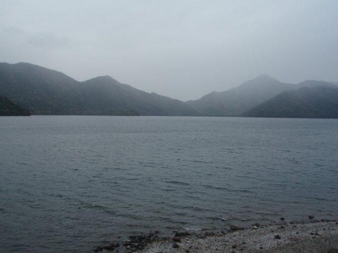 霧の掛かった中禅寺湖