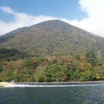 中禅寺湖を疾走するモーターボート