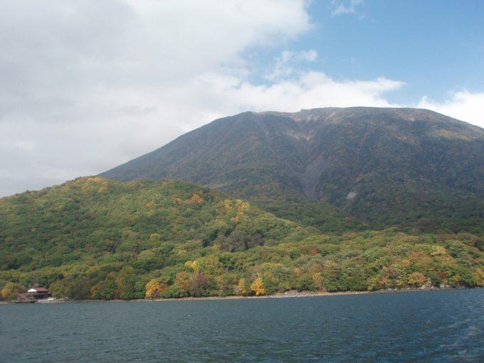紅葉に包まれた男体山と中禅寺湖