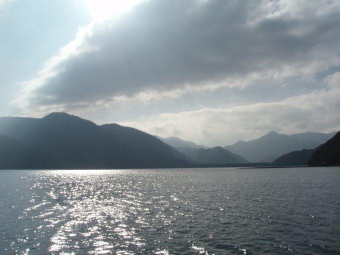 太陽に輝く中禅寺湖