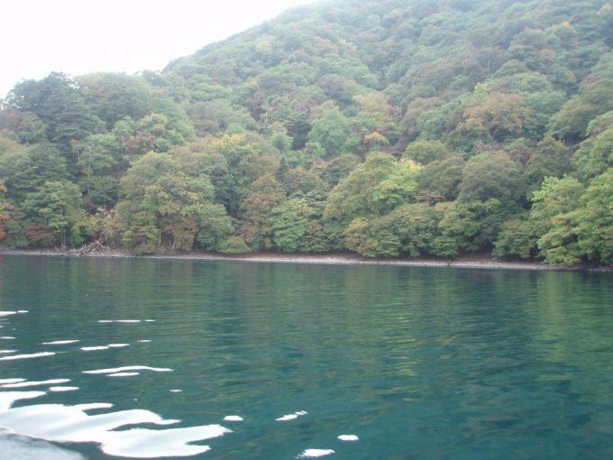 深い色をした中禅寺湖