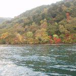総天然色に彩られた鮮やかな中禅寺湖の紅葉