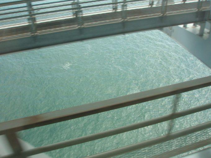 瀬戸大橋から瀬戸内海を覗く