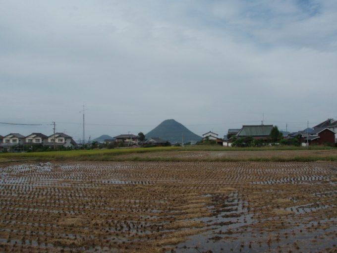 刈り取った田んぼと讃岐富士
