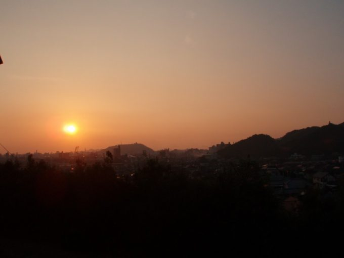 松山市街に落ちる夕陽