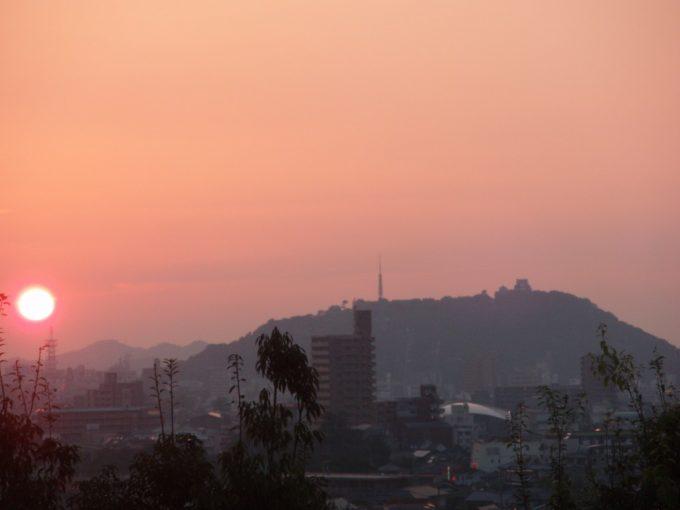 松山城と夕日