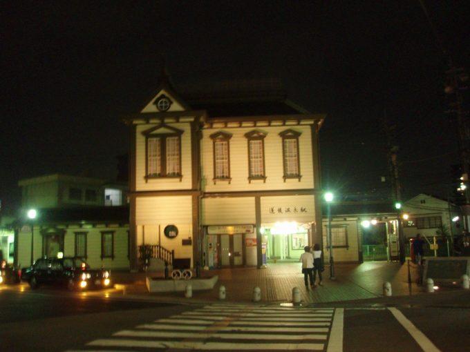 ライトアップされた道後温泉駅