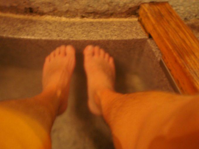 夜の道後温泉足湯
