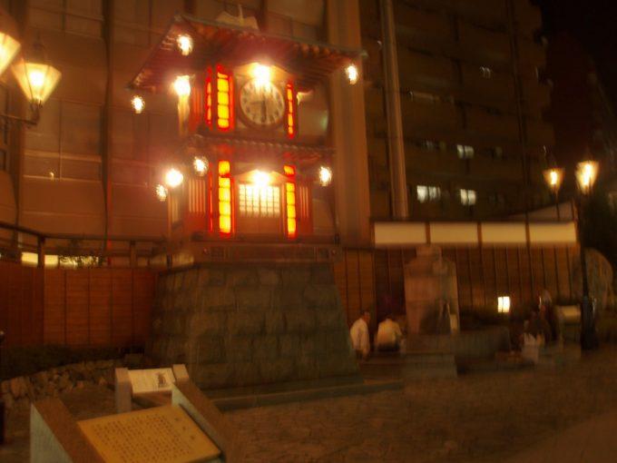夜の道後温泉からくり時計と足湯
