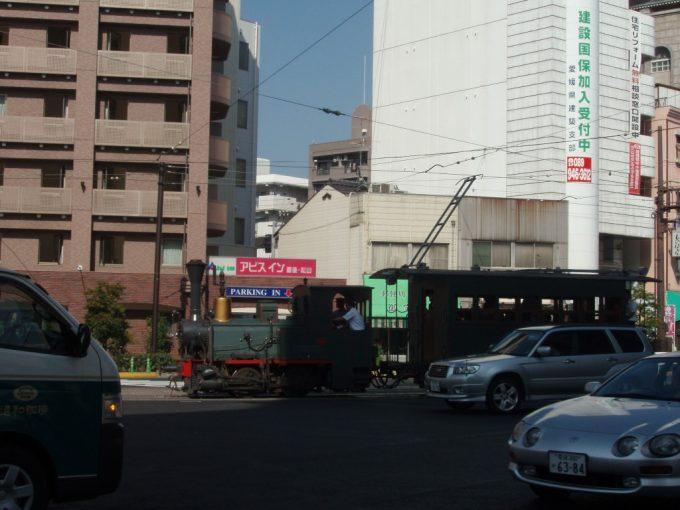 路面を走る伊予鉄坊ちゃん列車