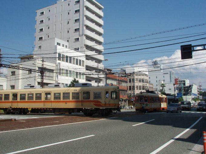伊予鉄郊外電車と市電の平面交差