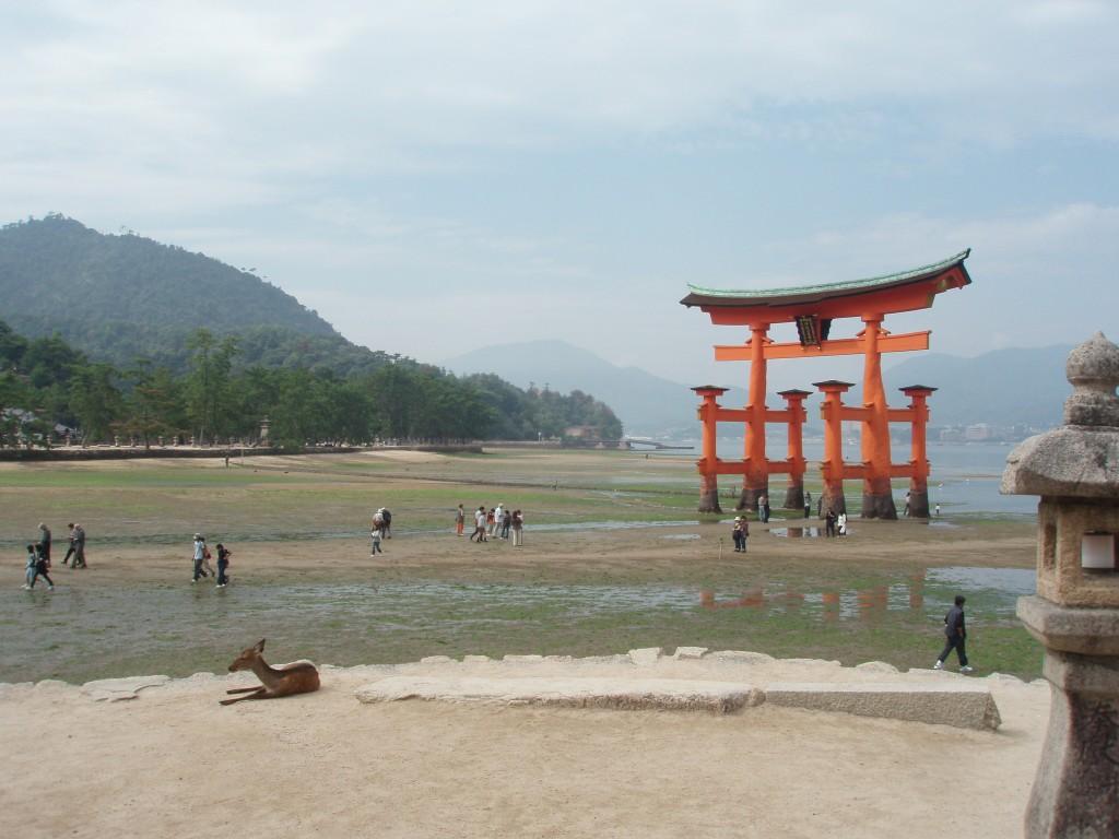 干潮の厳島神社大鳥居