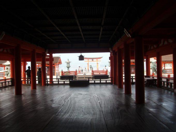 厳島神社社殿内