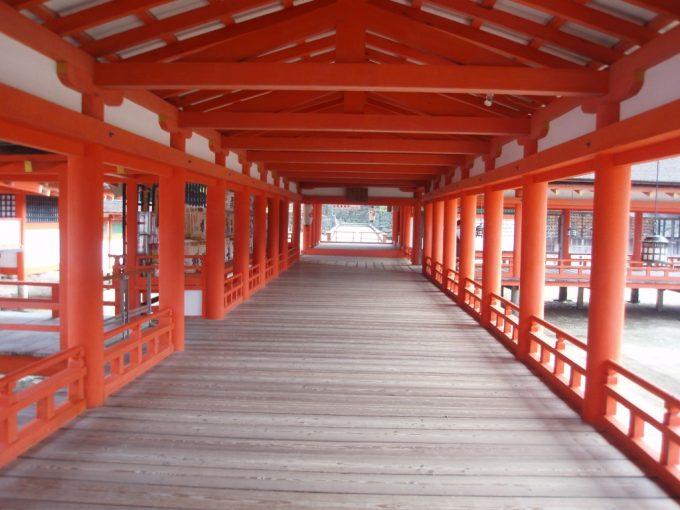 朱塗りの柱が並ぶ厳島神社回廊