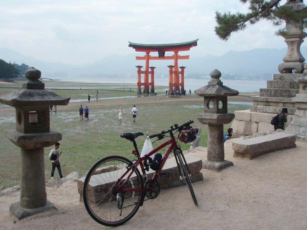 引き潮の厳島神社大鳥居と愛車