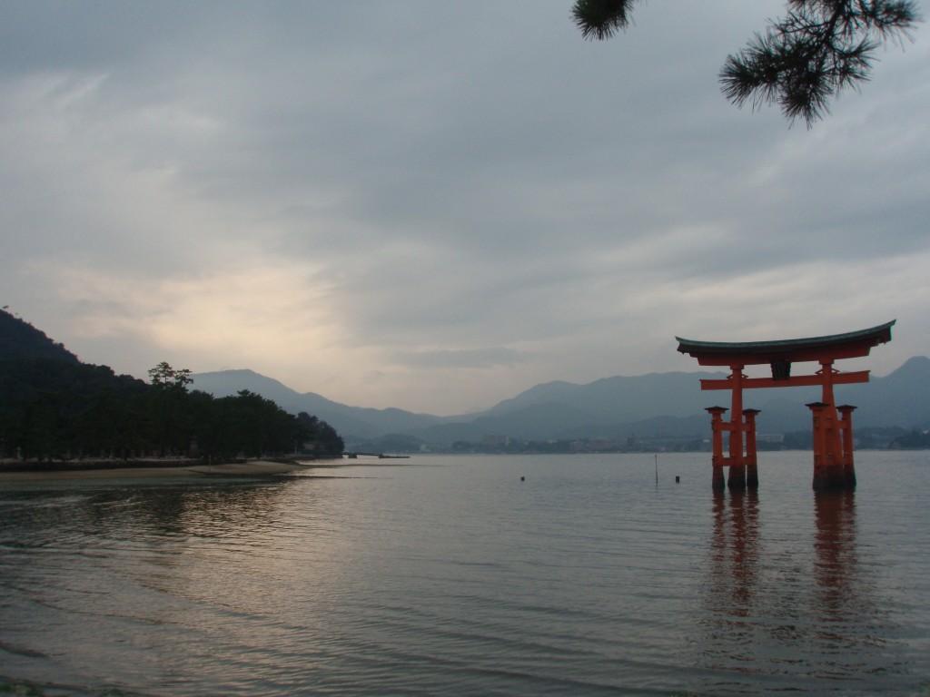夕方の厳島神社大鳥居