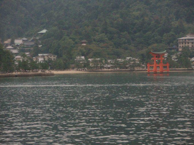 JR連絡船からの厳島神社大鳥居