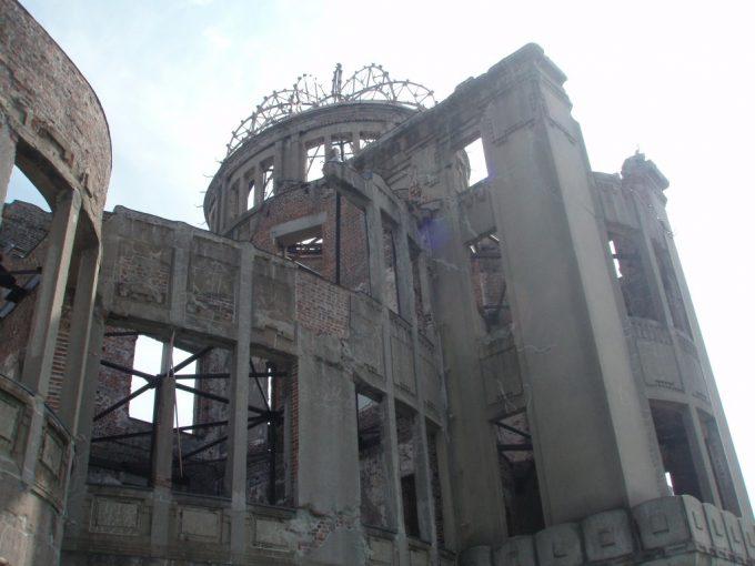 原爆ドームを見上げる