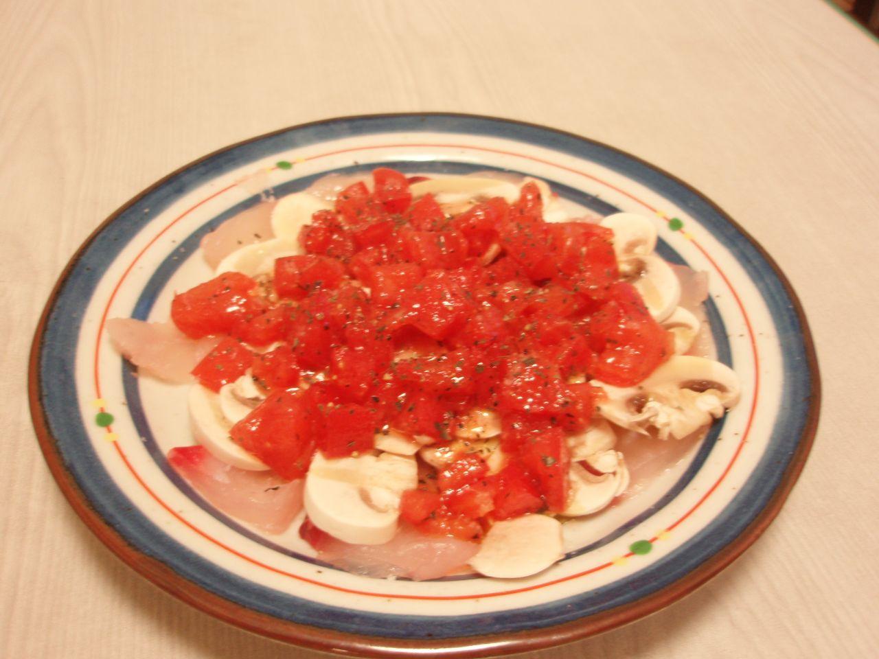 鯛のカルパッチョフレッシュトマトとマッシュルームのマリネ添え