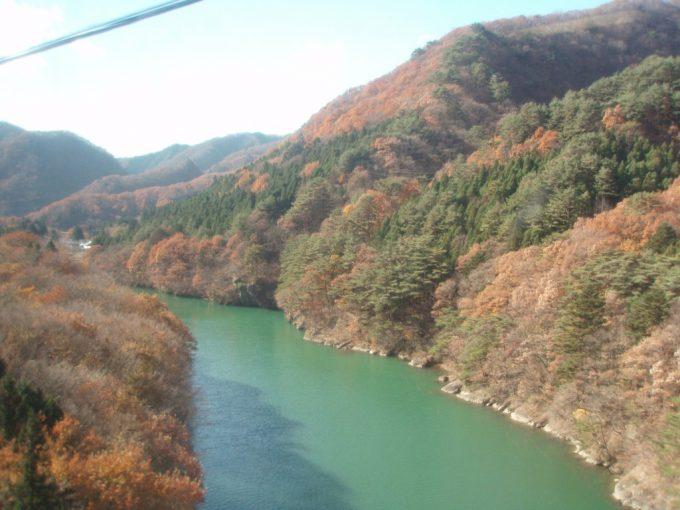 紅葉とエメラルドグリーンの水面