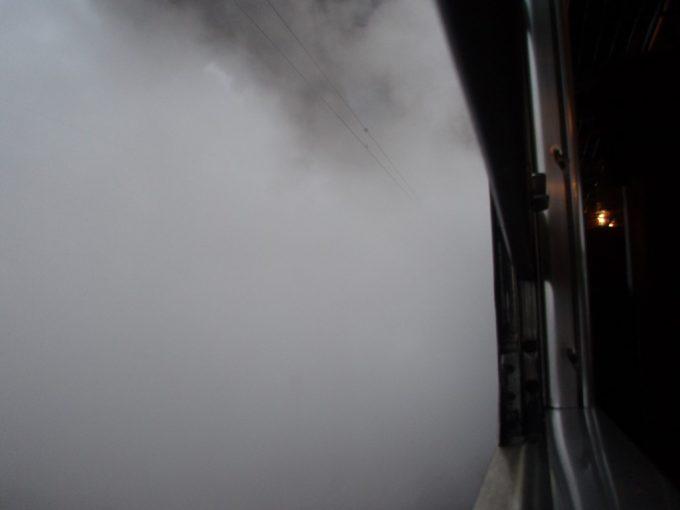 車窓はSLの水蒸気の中