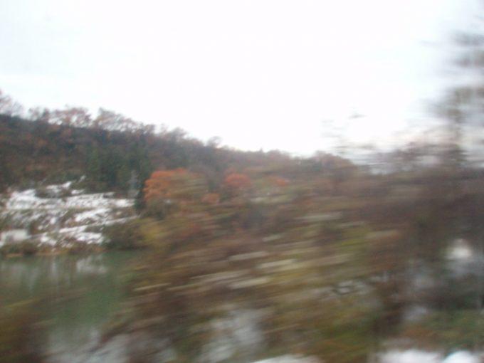 雪と紅葉で薄化粧の阿賀川