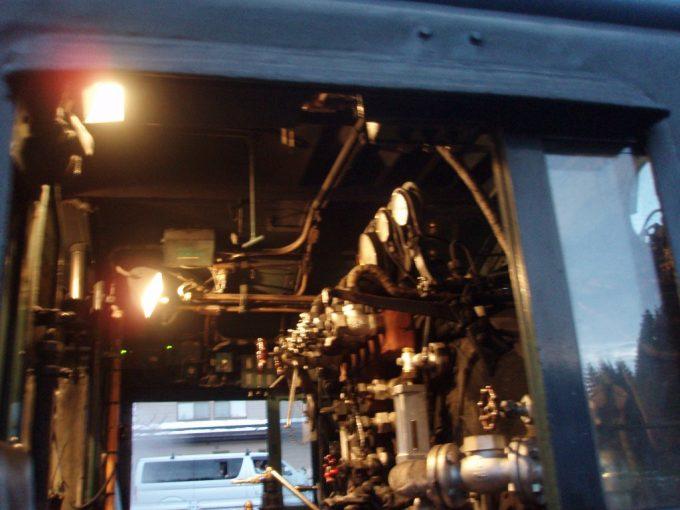 白熱灯で照らされる機器類