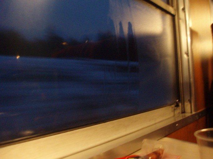暮れゆく車窓夜汽車の風情