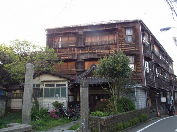 迫力ある木造建築本郷館