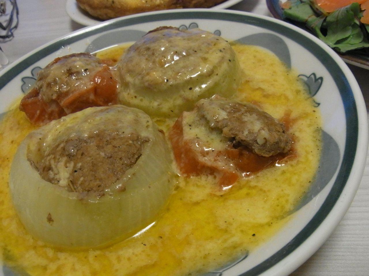 トマトと玉ねぎの肉詰め焼きチーズソース