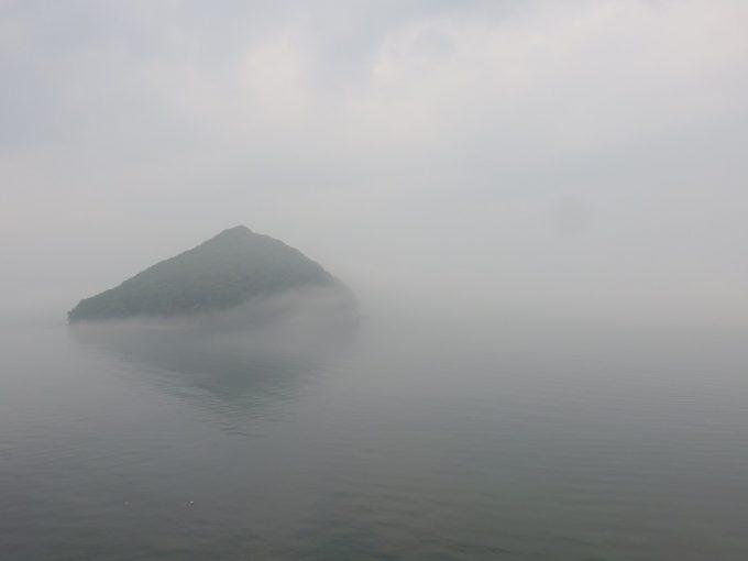 霧にかすむ浅虫温泉湯の島