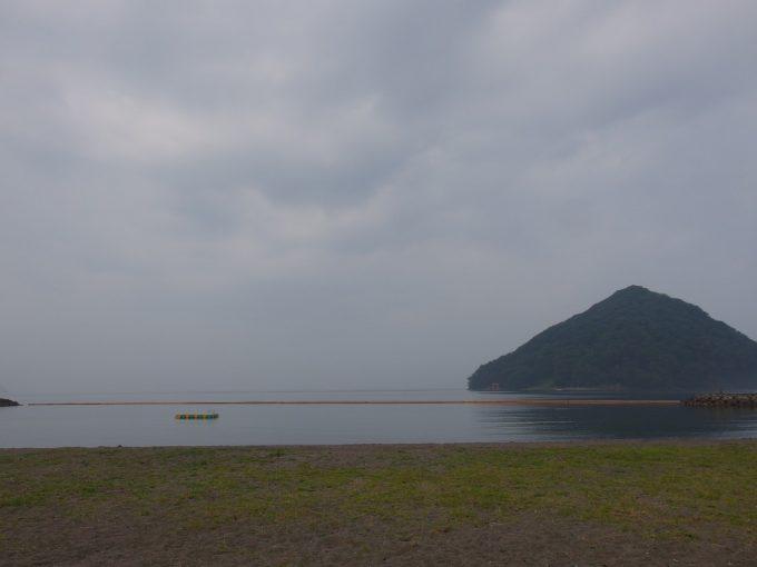 浅虫の海水浴場から眺める湯の島