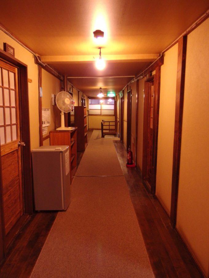 日本三秘湯谷地温泉木造本館の廊下