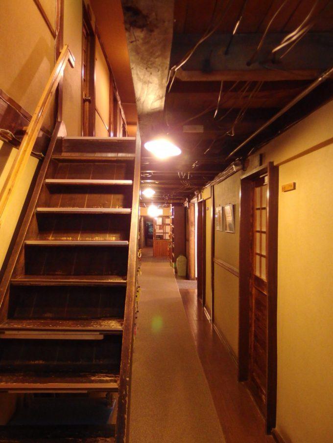 日本三秘湯谷地温泉夜の木造本館