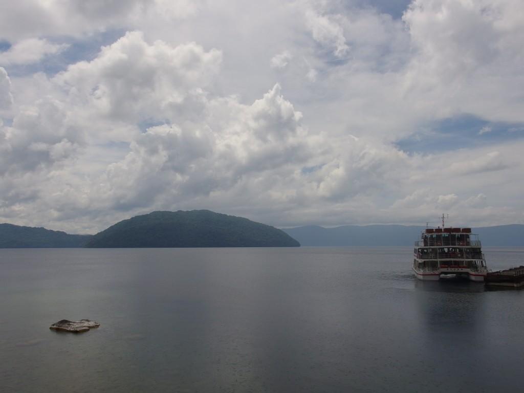 夏の十和田湖と遊覧船