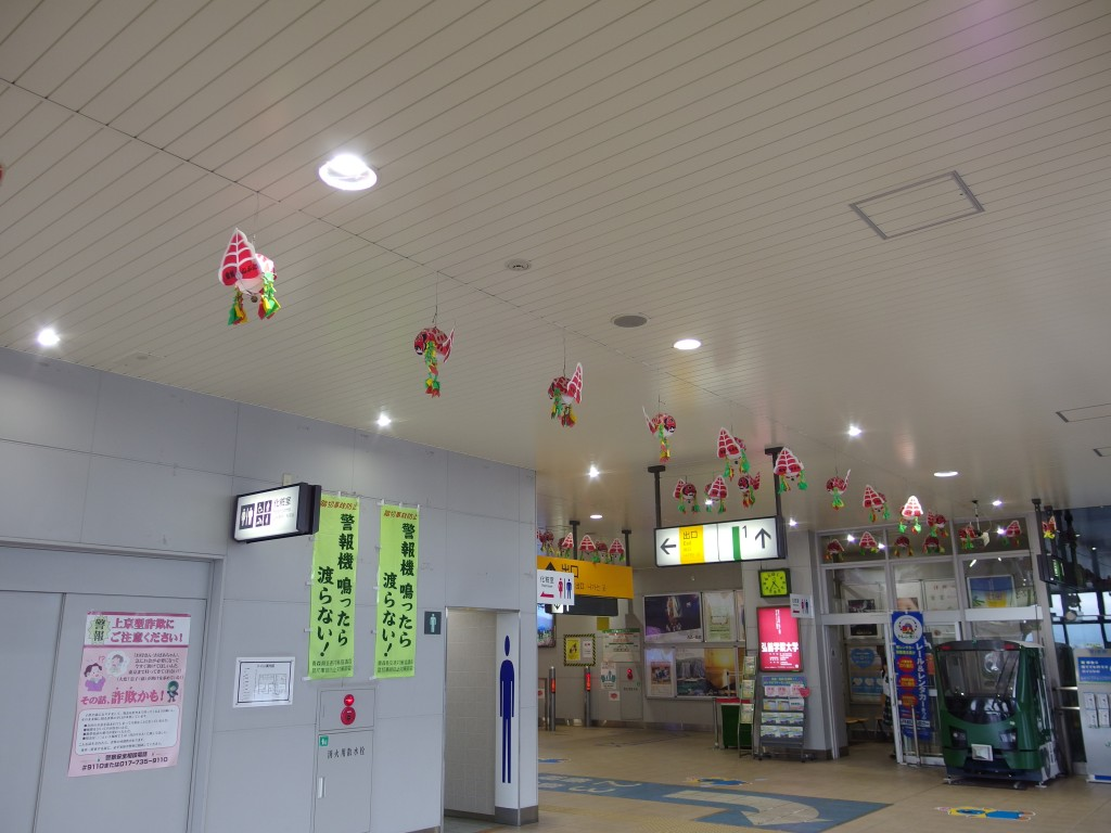 弘前駅コンコースを彩る金魚ねぷた