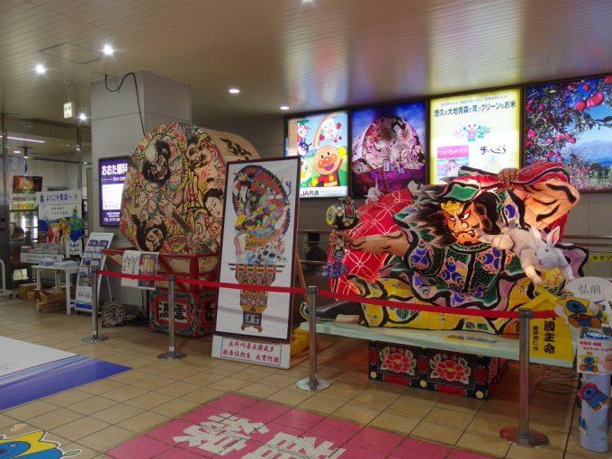 弘前駅で旅人を出迎えるねぷた