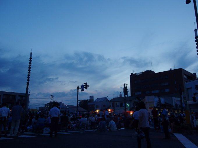 夕暮れ時ねぷたを待つ弘前の人々