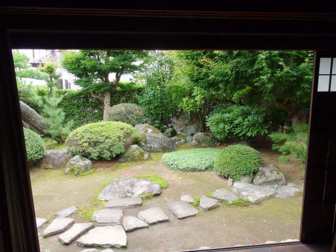 弘前武家屋敷旧岩田家住宅中から眺める庭