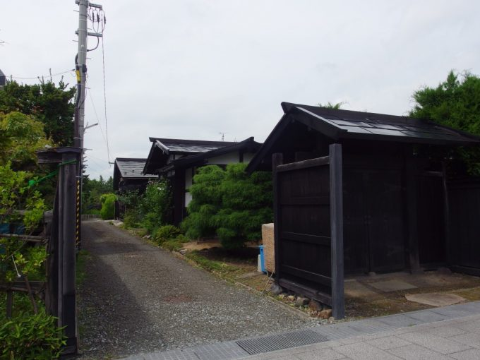 弘前市仲町重要伝統的建造物群保存地区の渋い家並み