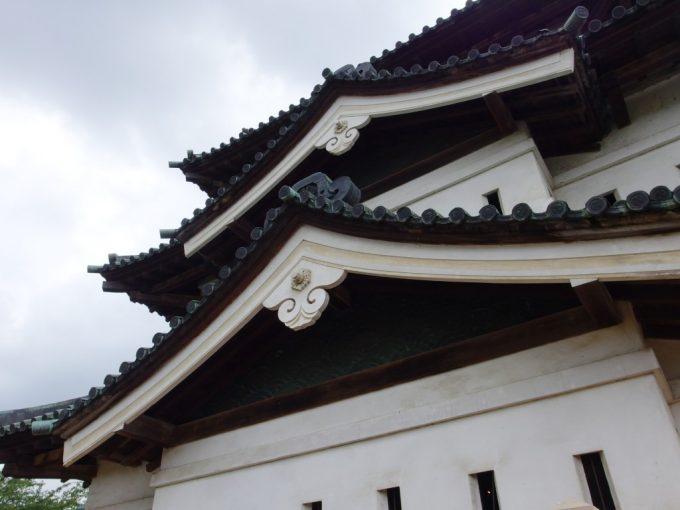 弘前城天守破風の銅板波の模様