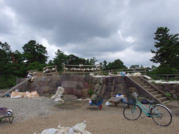 修復中の弘前城天守石垣