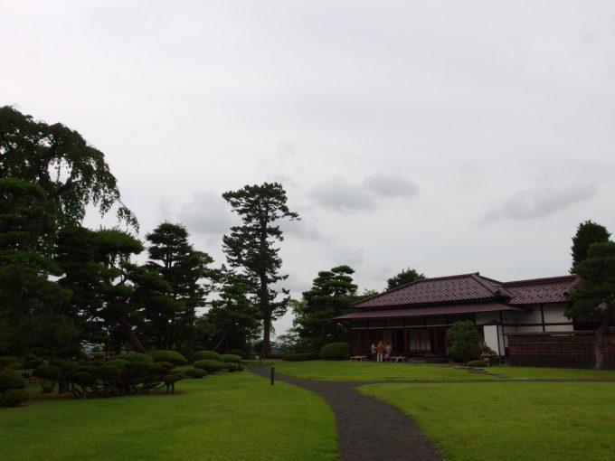 弘前藤田記念庭園芝生と和風建築