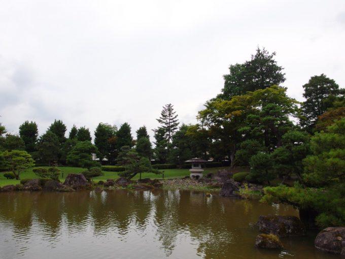 弘前藤田記念庭園大きな池と広い空