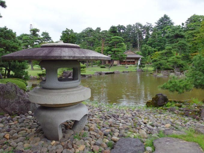 弘前藤田記念庭園雪見灯篭と茶屋