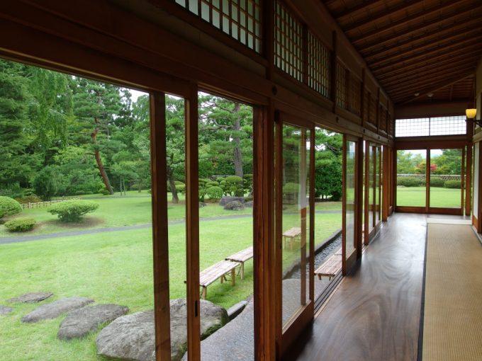 弘前藤田記念庭園和館の縁側に広がる緑の庭