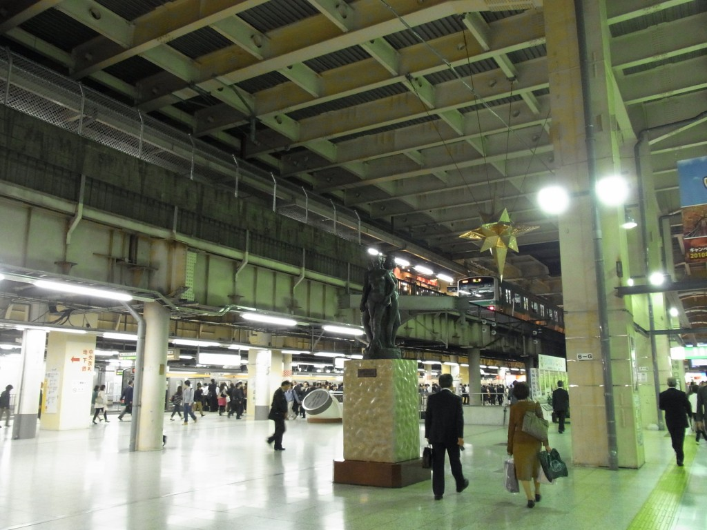 上野駅旅人をみまもる銅像