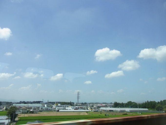 夏空の広がる東北新幹線の車窓