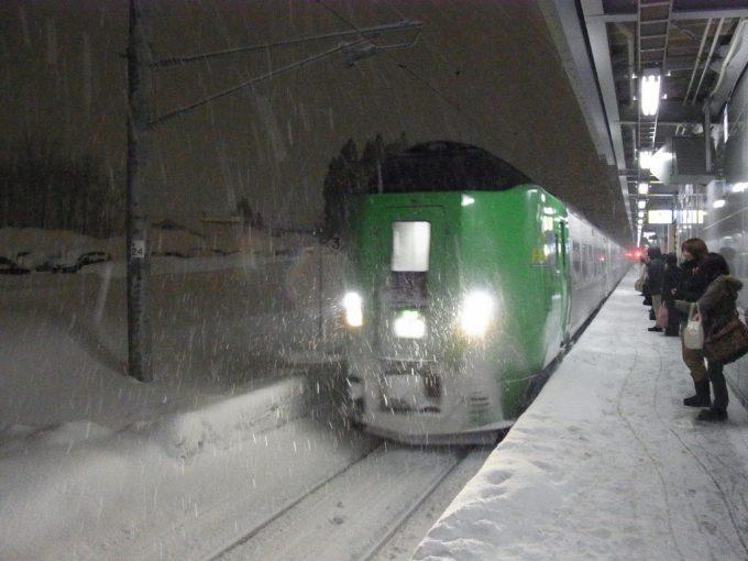 吹雪の中新青森に入線する特急スーパー北斗