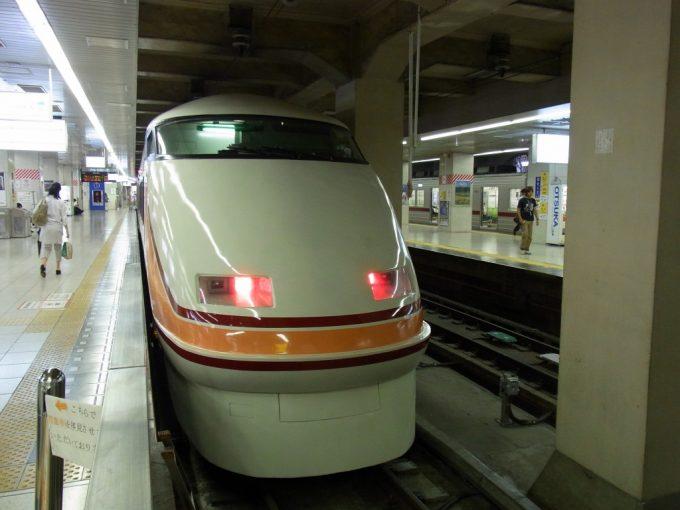 東武浅草駅停車中の特急スペーシア旧塗装
